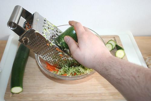 19 - Zucchini reiben & Grate zucchini