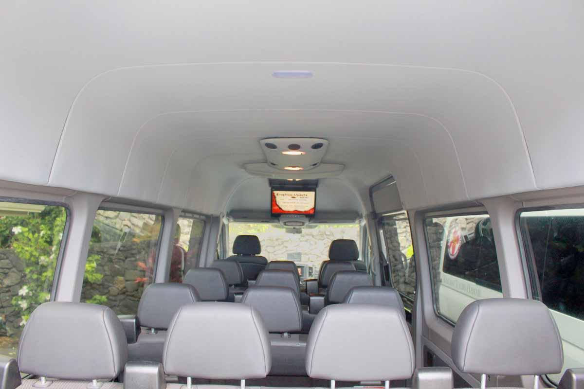 車内の全座席とディスプレー