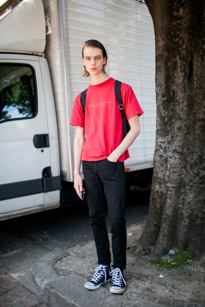 赤Tシャツ×ブラックジーンズ×オールスター黒