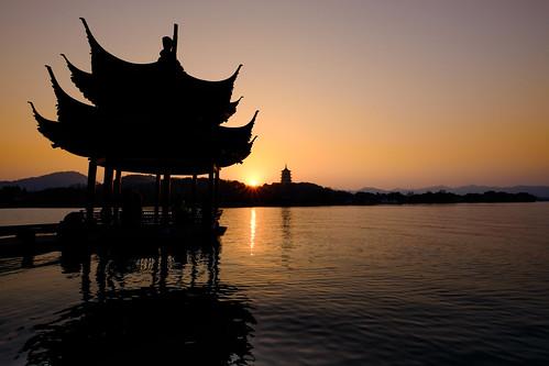 china travel sunset lake water silhouette wideangle westlake hangzhou 中国 杭州 fujiflmxt1