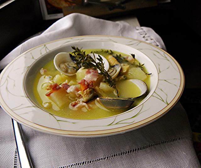 la sorpresa di una zuppa: di vongole, patate, pancetta e timo