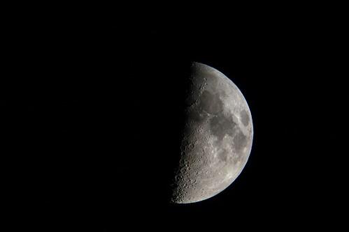moon_3_sharpened_levels adjusted 自作の天体望遠鏡とカメラのDSC-RX100で撮影した半月の写真。