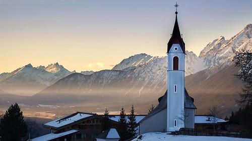schnee snow mountains church landscape austria tirol österreich kirche berge kreuz alpen zaun landschaft dach dunst kirchturm abendlicht mösern eos1dsiii bestcapturesaoi elitegalleryaoi