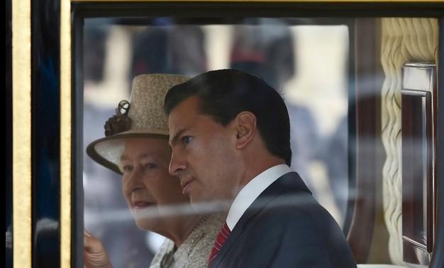 El presidente Enrique Peña Nieto llegó a Buckingham en la misma carroza que la reina Isabel II en un cortejo de ocho carruajes. Foto Reuters