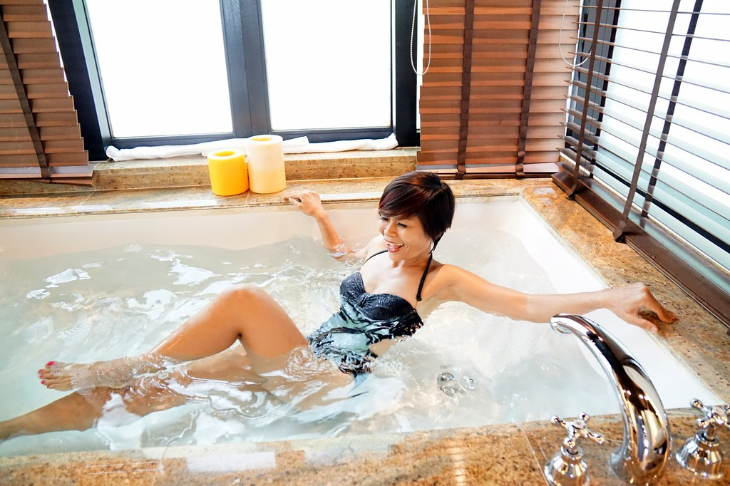 rebecca saw - bath tub - gaya island resort sabah-001