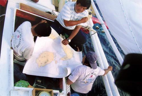 在橫過摩鹿加海峽,山本先生研究海圖,避免夜航觸到暗礁,那幾個夜晚我都不敢沉睡,也恐懼海盜出沒。