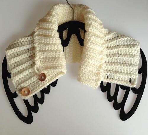 cuello beige con botones de madera