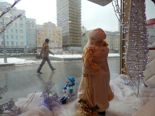 снеговик в окне | ХорошоГромко.ру