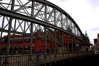 Über die Brücke in die Speicherstadt