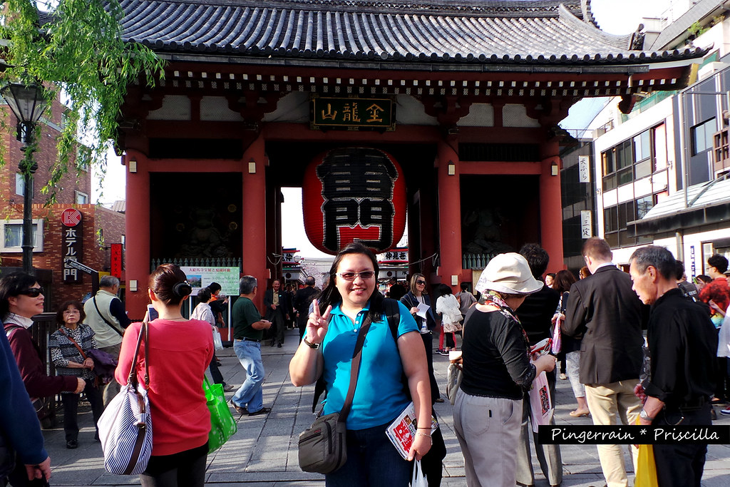 Me in front of the Kaminarimon (Photo possible thanks to a random tourist)