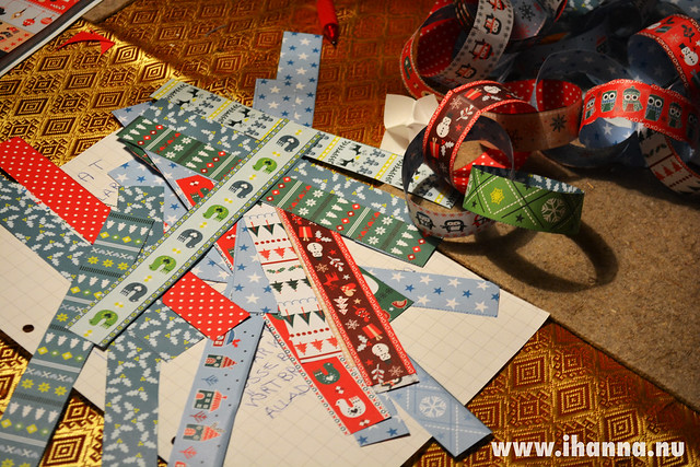 Making a Christmas Paper Garland by iHanna, Photo Copyright Hanna Andersson