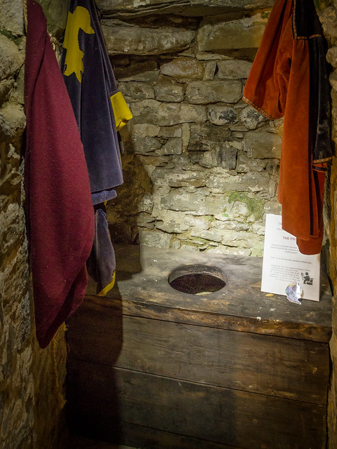 A garderobe toilet in the 14th century ypres tower rye for Garderobe flach