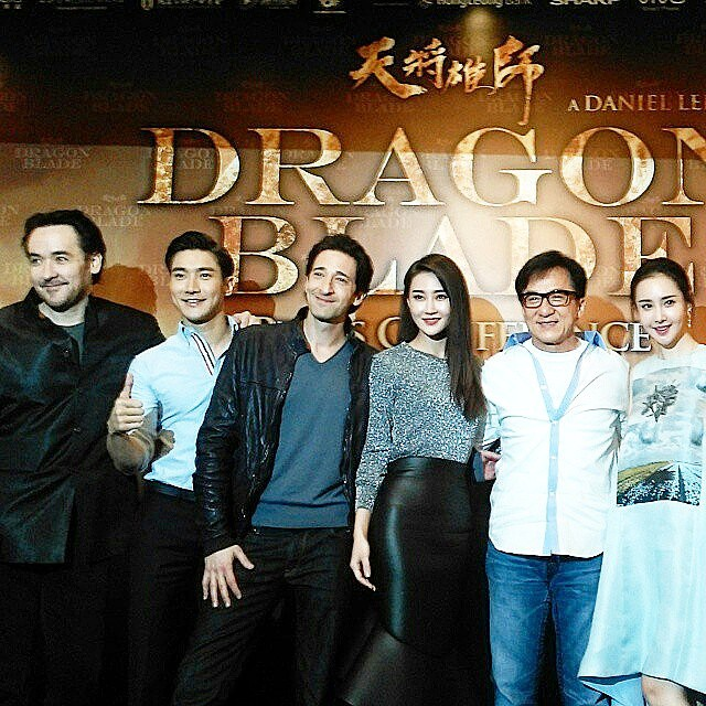 Group picture of the #DragonBlade cast! Remember, you can still see them later at IOI Mall & Pavilion KL! #JackieChan #ChoiSiwon