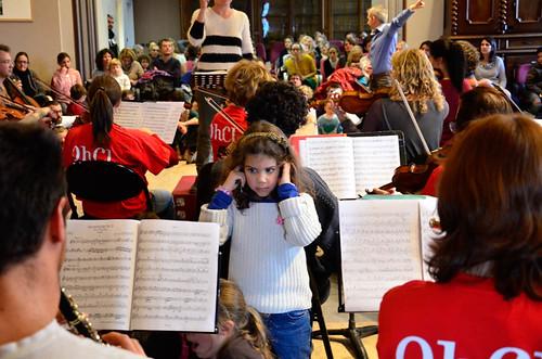 Des enfants découvrent l'orchestre