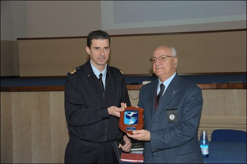Il dott Marturano riceve il crest della Scuola