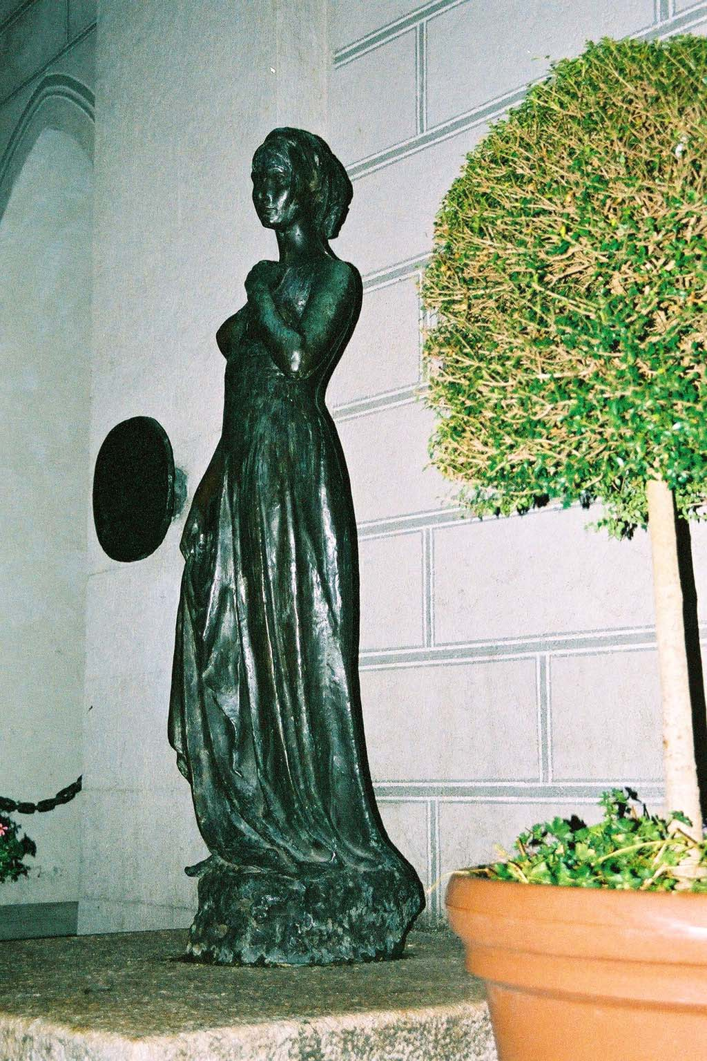 Bjs, St. Mary's Place, Munich. Statue of Juliet in front of the Old Townhall, Oktober 2004