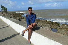 un chico en el malecon en Baracoa