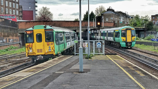 Southern Simultaneaous Arrivals. at Clapham Junction.