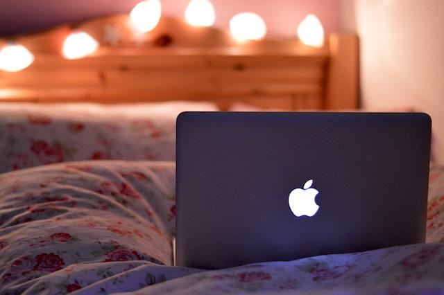MacBook Pro Bokeh Ikea Blümchen Bettwäsche Lichterkette Bett