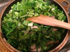 葉、酒とみりんを加え、混ぜながら炒めます