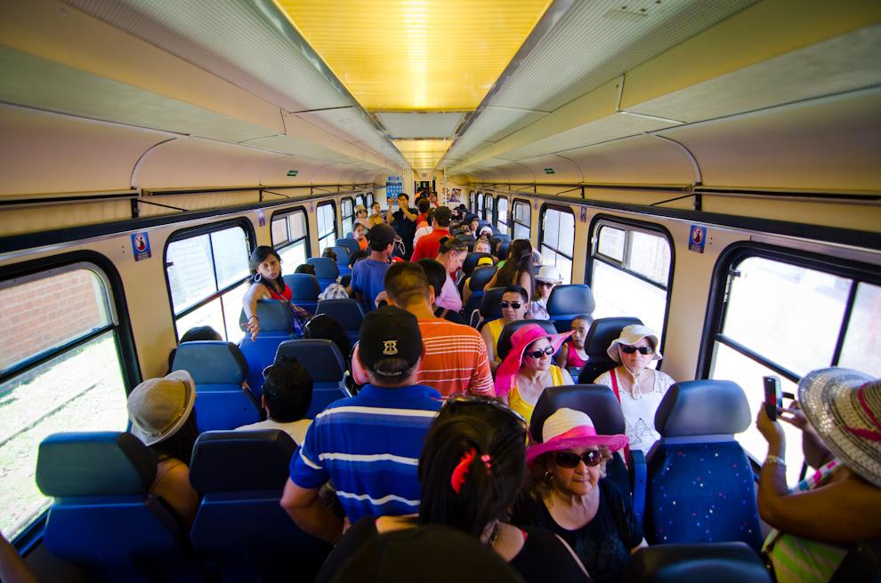Ciudadanos paraguayos y extranjeros utilizan el Tren Encarnación-Posadas durante la primera semana de su habilitación, mientras que otros simplemente viajan en él para deleitarse con el paseo y admirar el Río Paraná desde otros ángulos. (Elton Núñez)