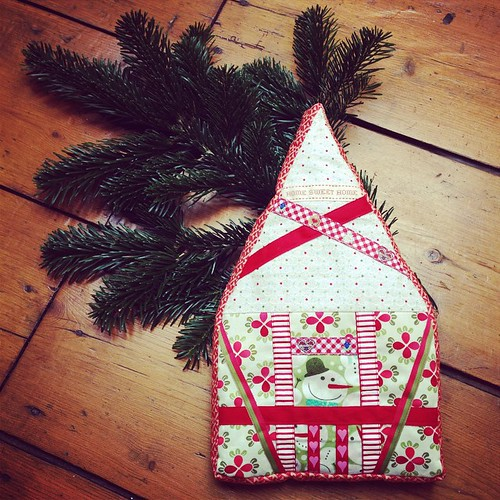 Today I'll send this Merry Xmas House to my partner in the #comfortcircle Xmasswap #dogoodstitches Pattern from @weewonderfuls book