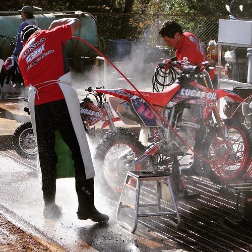 水圧で泥だらけのバイクを洗車。ブショーーー。 #ヤマハバイク #sugo #yamaha