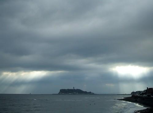 夏休みには湘南に_稲村ヶ崎から江ノ島、雲間から陽の光が(1)