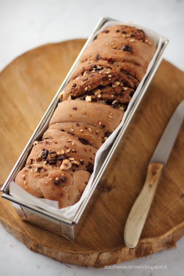 Pane dolce variegato al cioccolato e nocciole