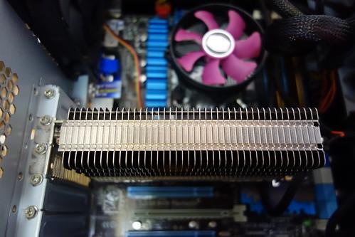 my PC_(2014_11_18)_3 PCの内部の写真 中央に大きくファンレスヴィデオカードのヒートシンクが写っている