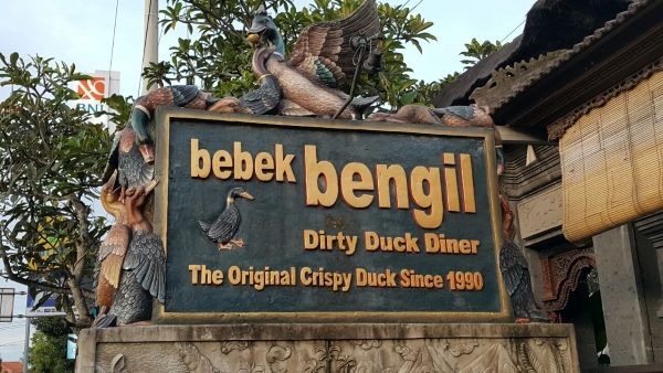 bebek-bengil-bali-restaurant-ubud-dirty-duck-diner-signboard