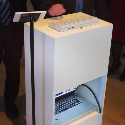 意外と裏側ではしっかりノートパソコンが頑張ってるの図