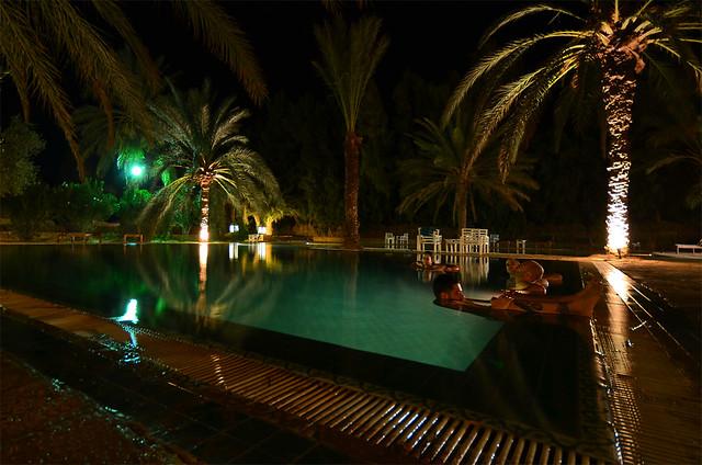 Piscina en el Oasis del desierto de Douz llamado Ksar Ghilane rodeado de palmeras