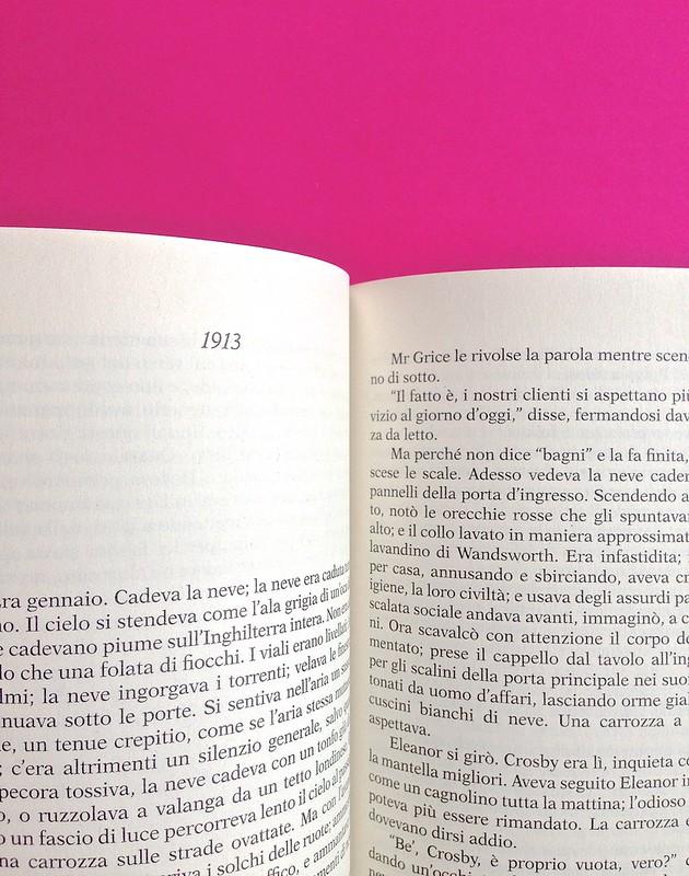 Gli anni, di Virginia Woolf. Feltrinelli 2015. Art dir.: Cristiano Guerri; alla cop.: ill. col. di Carlotta Cogliati. Indicazione del titolo del capitolo, in capo al testo, centrato, a p. 198 (part.), 1