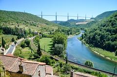 Peyre, village troglodyte, et viaduc de Millau