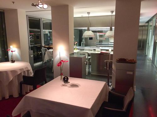 Cocina a la vista junto a las mesas
