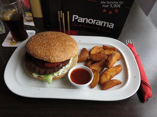Classic Burger mit Wedges (im Restaurant Panorama)