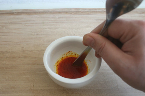 17 - Safran in heißem Wasser auflösen / Dissolve saffron in hot water