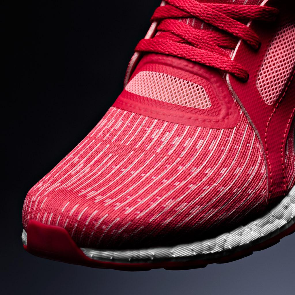 PureBOOST X 擁有彈力網眼鞋面、懸空足弓與鞋帶固定系統設計,為跑者提供完整且個人化的曲線貼合感受