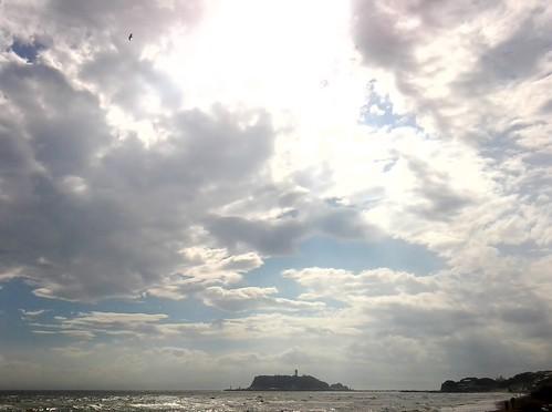夏休みには湘南に_七里ヶ浜から江ノ島をのぞむ