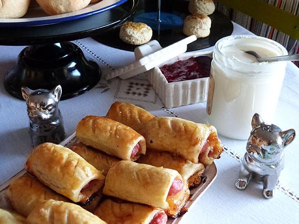sausage rolls sur la table