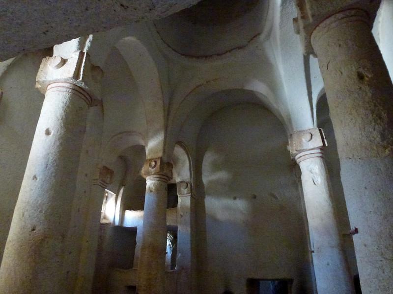 Turquie - jour 21 - Vallées de Cappadoce  - 147 - Çavuşin, Kızıl Çukur (vallée rouge) - Direkli Kilise (église aux colonnes)