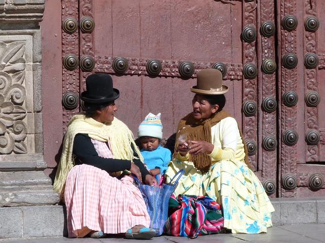 Mujeres y niño en San Francisco (La Paz, Bolivia)