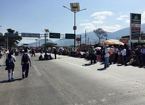 Maestros de la Ceteg bloquean desde la una de la tarde la Autopista del Sol México-Acapulco, en protesta por el desalojo del martes. Foto Sergio Ocampo
