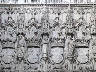 صورة Crucero. sculpture españa architecture lumix spain europa europe panasonic escultura toledo monasterio escudo sanjuandelosreyes gh3 reyescatólicos heráldico microfourthirds microcuatrotercios edgardoolivera