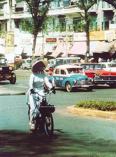 Saigon 1960s - Vélo Solex - Đường Lê Lợi