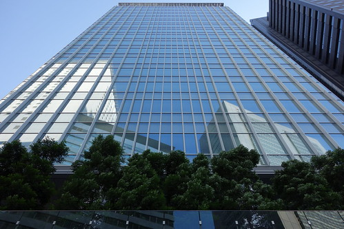 "Shinjuku_18 新宿の ""JR南新宿ビル"" の写真。 真正面中央下から見上げての撮影。 美しい全面ガラスの壁面。 ガラスに映り込む高層ビルディング群。"