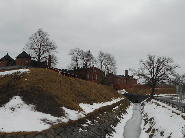 Poikkeuksellisen aikaisen lumensulamisen tilanteita Hämeenlinnassa 28.2.2015: linnan vallihauta
