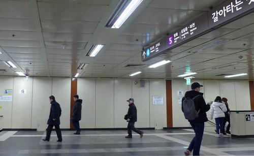 地鐵站全面更換成 LED 並減少部分燈管;攝影:陳文姿