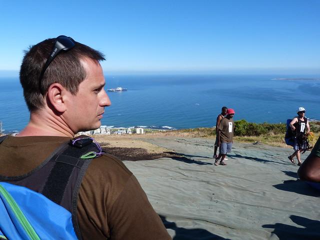 Sele a punto de volar en parapente en Ciudad del Cabo (Sudáfrica)